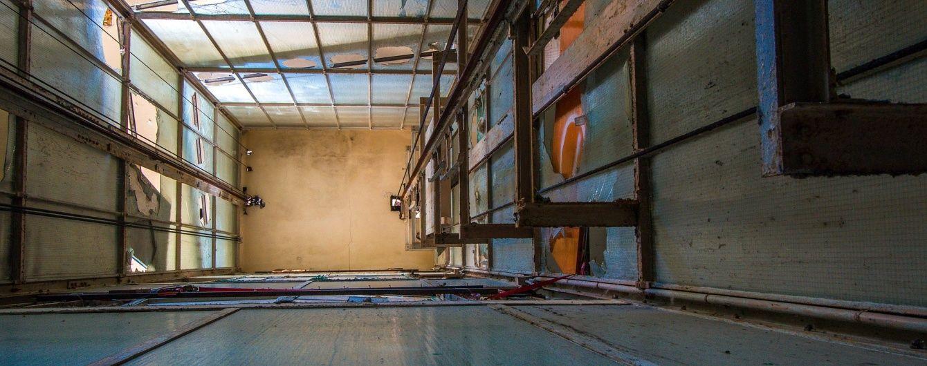 Подростки провалились в шахту лифта в заброшенном здании в Черновцах
