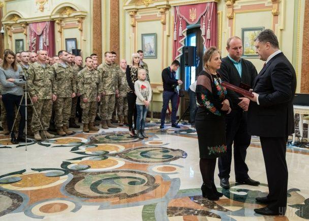 У День захисника України Порошенко відзначив мужність героїв державними нагородами