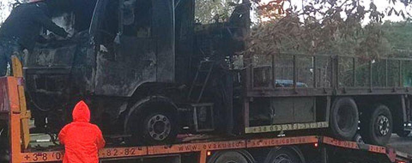 В Киеве ночью дотла сожгли эвакуатор, который забирал автокофейни