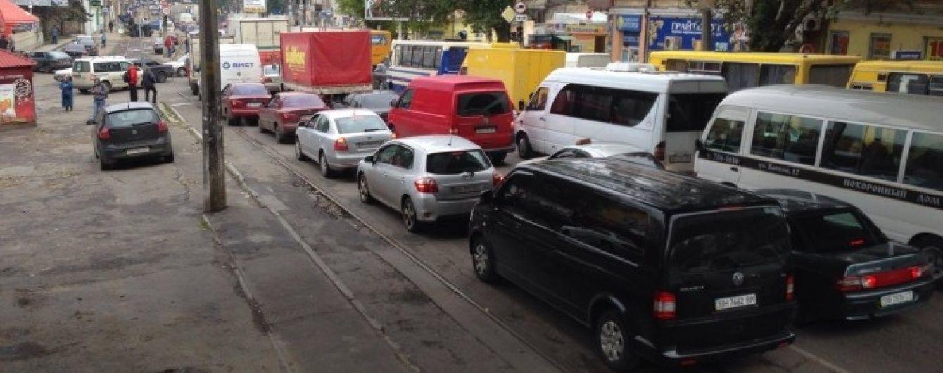 В Одессе жители одного из крупнейших спальных районов перекрыли главную магистраль