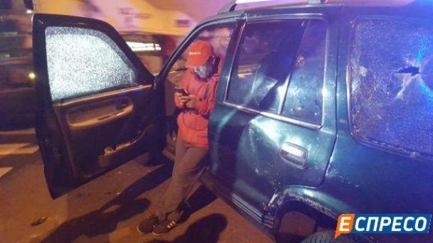Влаштували ДТП та звинуватили рятівників у крадіжці. У Києві п'яні молодики на Kia підрізали маршрутку