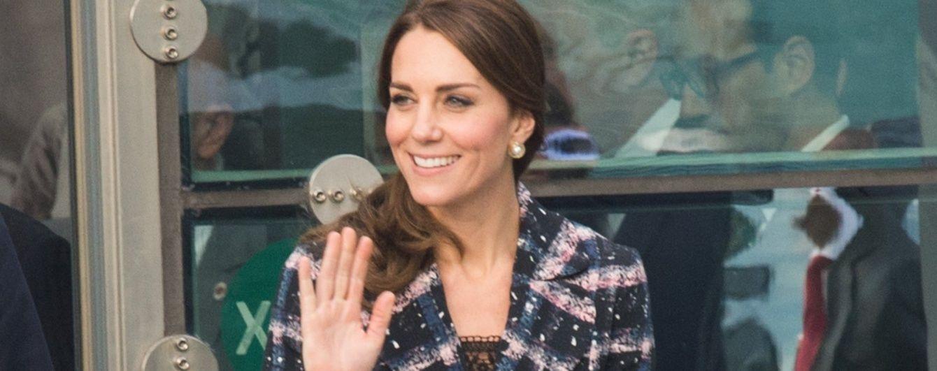 С новой укладкой и в стильном пальто: светский выход герцогини Кембриджской