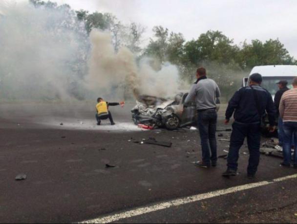 Вогонь і шматки металу: на Одещині авто із футболістами зіткнулося із Daewoo Lanos