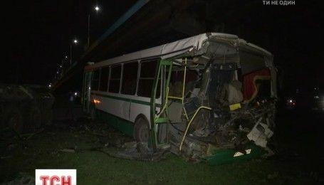 Новенький БТР протаранил автобус с пассажирами в Донецкой области, есть пострадавшие
