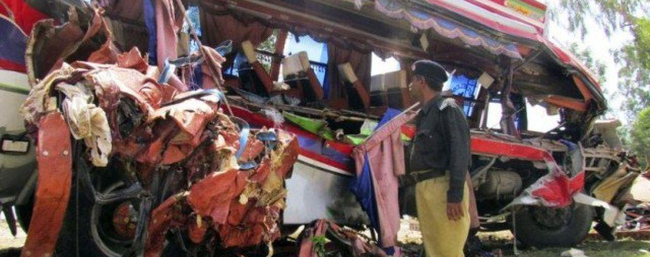 У Пакистані внаслідок жахливої аварії загинуло 30 людей