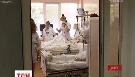 Лікарі Дніпра борються за життя поранених на вихідних бійців