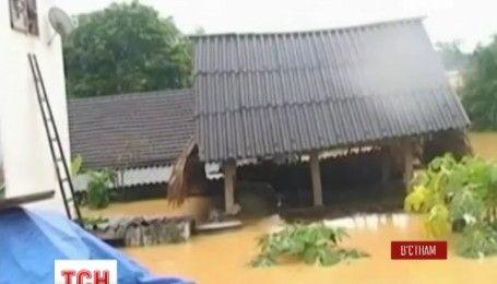 Во Вьетнаме наводнение уже унесло 25 жизней и повредило тысячи домов