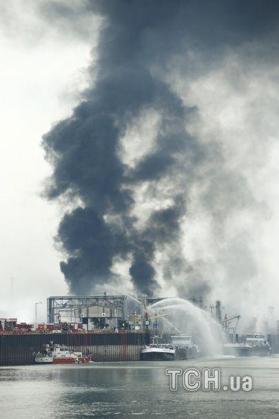 В Германии борются с масштабным пожаром на химзаводе: горожан призывают не выходить из дому