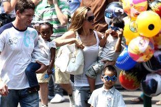 Екс-охоронець Джолі та Пітта зізнався, що був їхнім дітям як батько