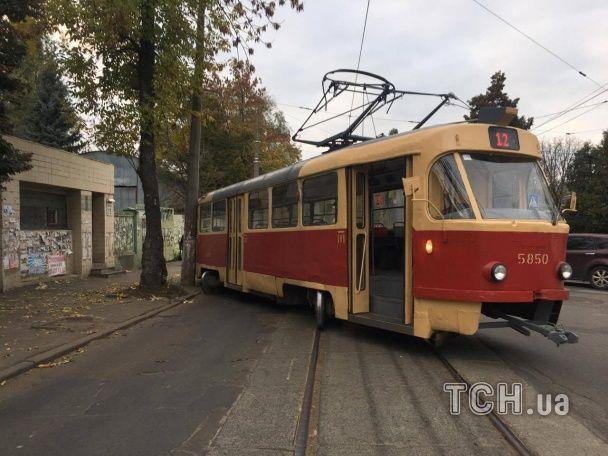 У Києві на Подолі трамвай злетів з рейок і врізався у стовп
