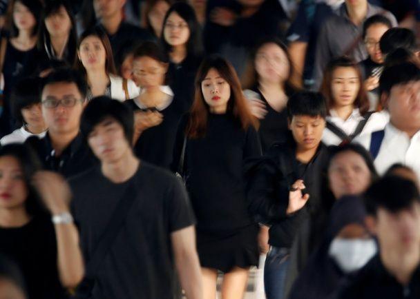 Самые яркие фото дня: Суперлуние в Лондоне, конфуз японской модели