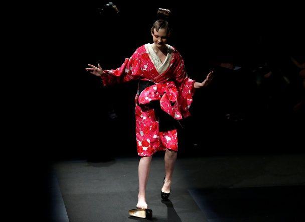 Найяскравіші фото дня: Супермісяць у Лондоні, конфуз японської моделі