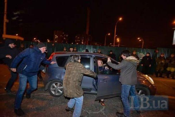 """Чергова акція протесту проти скандальної забудови на """"Героїв Дніпра"""" закінчилася наїздом на активіста"""