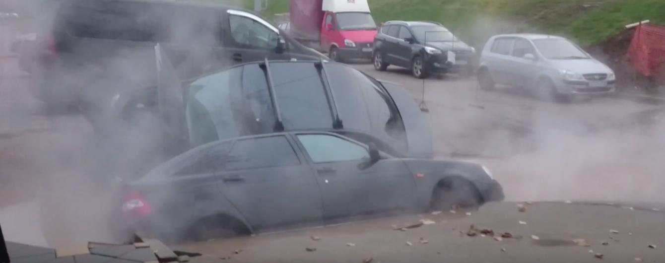 В России два авто провалились в яму с кипятком