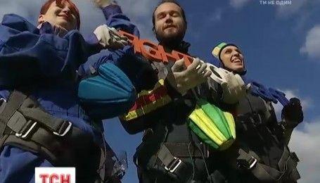 Трое незрячих украинцев решились на прыжок с парашютом