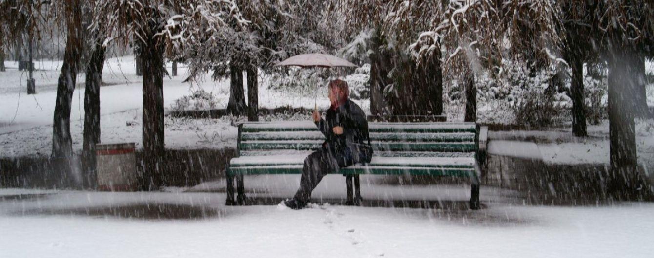 На Київ налетів снігопад: на дорогах знизилася видимість