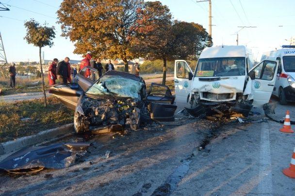 Жуткое ДТП в Севастополе: легковушка лоб в лоб протаранил маршрутку с пассажирами