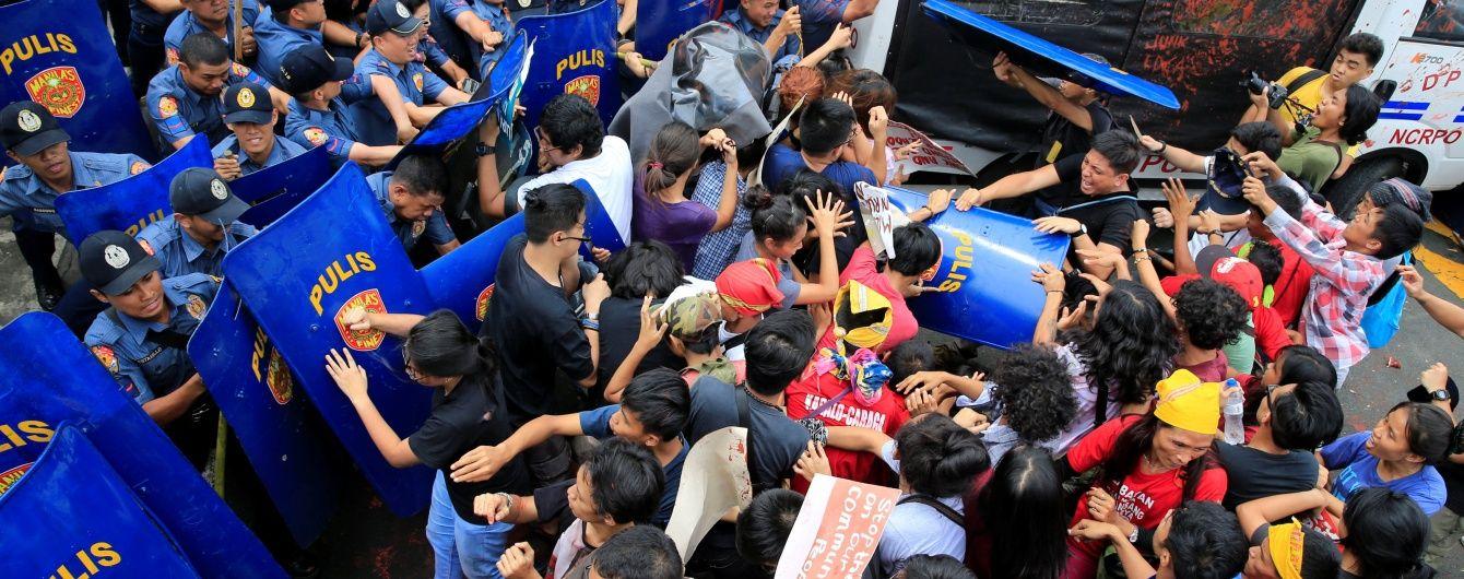 На Филиппинах полицейский фургон влетел в толпу митингующих, есть пострадавшие