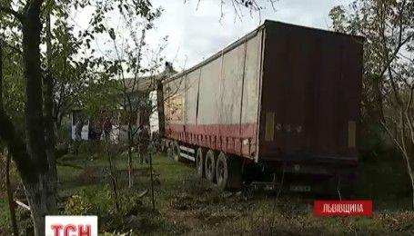 ДТП на Львовщине: водитель грузовика въехал в дом, в котором находилась мать с тремя детьми