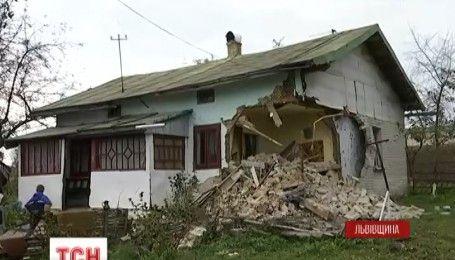 На Львівщині вантажівка влетіла у житловий будинок