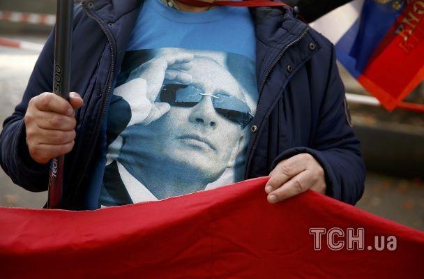 """В Берлине перед встречей """"нормандской четверки"""" активисты для Путина принесли окровавленных медвежат"""