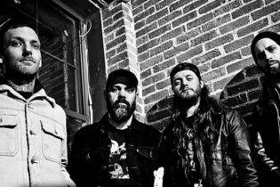 Отчаянный фронтмен американской группы продолжил выступление после перелома обеих ног