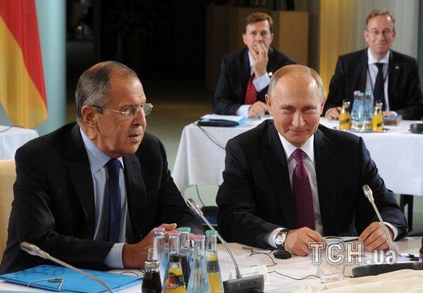 """Улыбающийся Путин и напряженная Меркель. В Берлине проходит встреча """"нормандской четверки"""""""