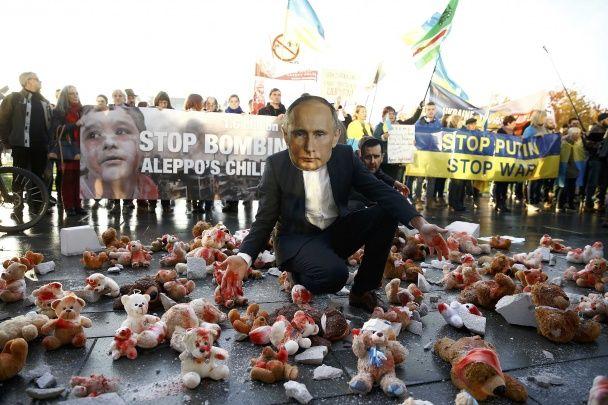 """Найяскравіші фото дня: """"гарячий"""" прийом Путіна у Берліні, наступ іракських військових на Мосул"""