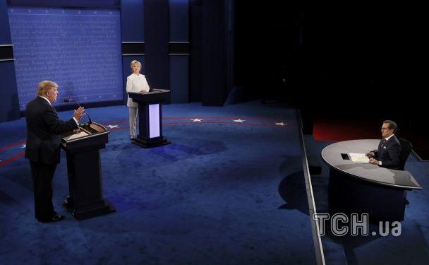 Елегентна Клінтон у білому та емоційний Трамп. Кандидати в президент США зійшлися в гарячих дебатах