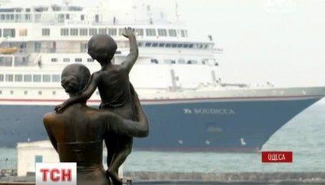 Двухсотметровый лайнер закрыл круизный сезон в Одессе