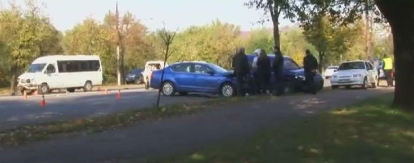 У Кривому Розі зіткнулись одразу чотири машини та маршрутка