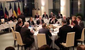 """""""Шкільний"""" режим тиші: у Меркель розповіли деталі переговорів у """"нормандському форматі"""""""