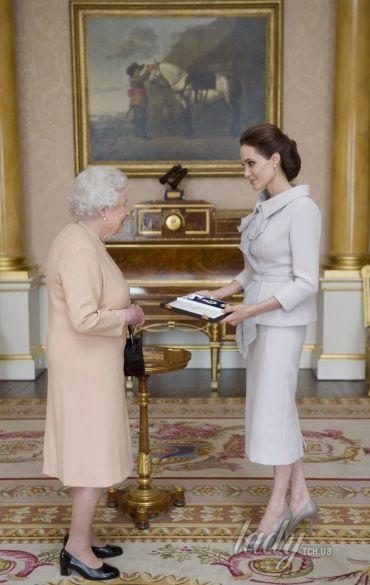 Королева Елизавета и Анджелина Джоли
