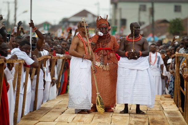 Найяскравіші фото дня: коронація нігерійського царя, тріумф Клінтон на дебатах з Трампом