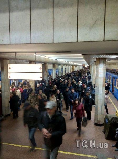 У Києві під потяг метро упала людина – рух червоною гілкою зупиняли
