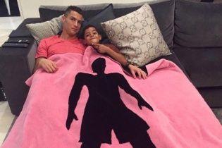 Роналду підтримав боротьбу з раком грудей фото із сином під рожевим пледом