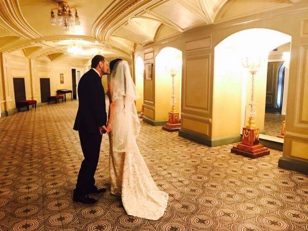 Чорний костюм і дружка у сукні з декольте. Мосійчук одружився зі своєю помічницею