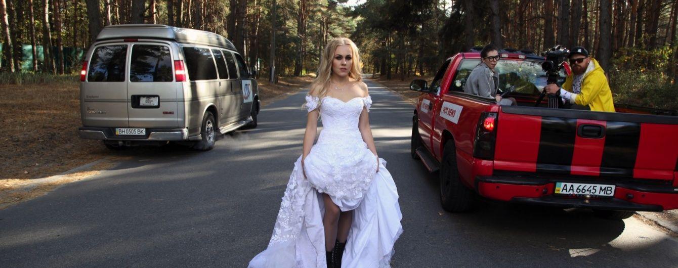 Співачка Alyosha зняла весільний трилер, у якому стала нареченою-втікачкою
