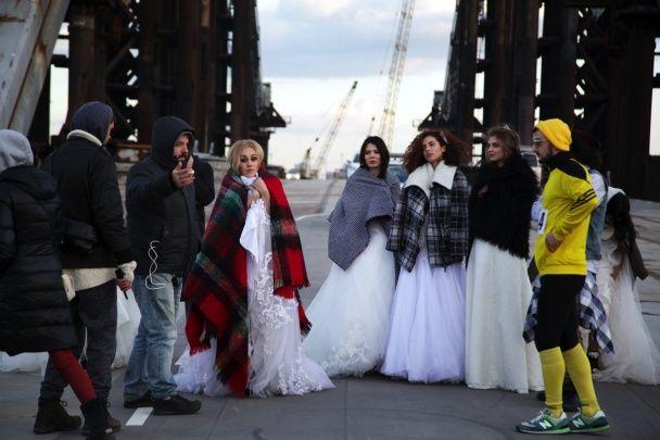 Співачка Alyosha у весільній сукні пробіглася вулицями Києва