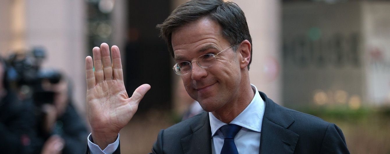 Премьер Нидерландов удивил уборщиц, когда собственноручно вымыл пол в парламенте