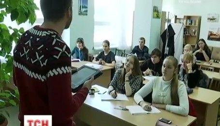 В Днепре демобилизован боец преподает историю на подготовительных курсах для детей-переселенцев