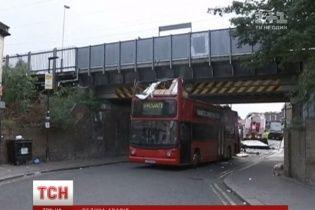 У Лондоні розбився двоповерховий автобус: десятки постраждалих