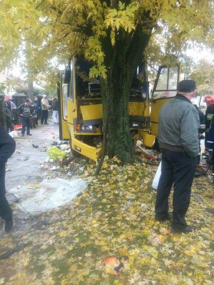 У Львові водій маршрутки на швидкості влетів у дерево: 13 постраждалих_2