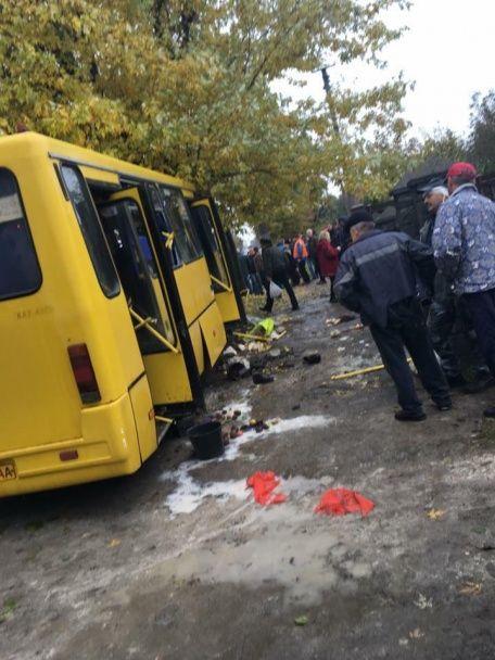 У Львові водій маршрутки на швидкості влетів у дерево: 19 постраждалих