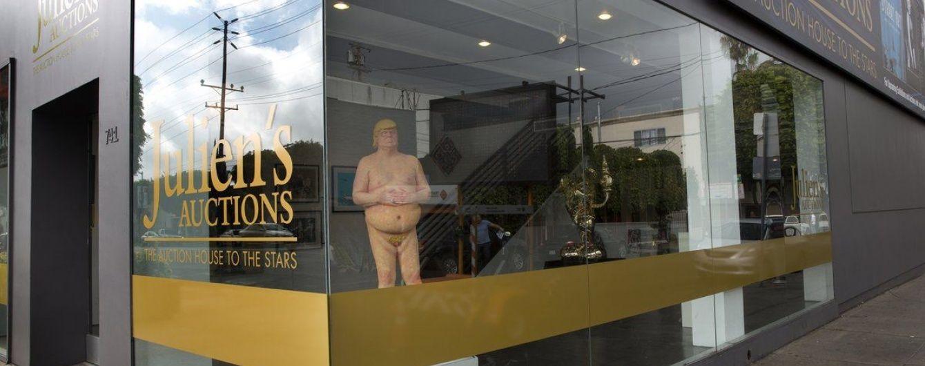 У США з молотка продали статую оголеного Трампа