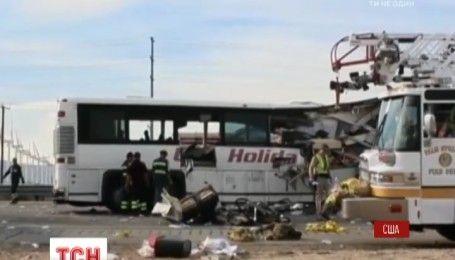 У Каліфорнії туристичний автобус врізався у вантажівку, є загиблі