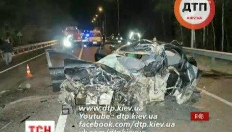 Смертельна аварія під Києвом: легковик вискочив на зустрічну смугу і врізався у мікроавтобус
