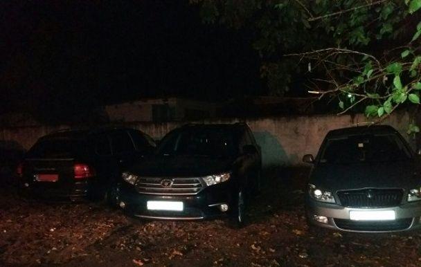 """В Україні розкрито групу """"чорних інспекторів"""", які збували авто-двійники"""