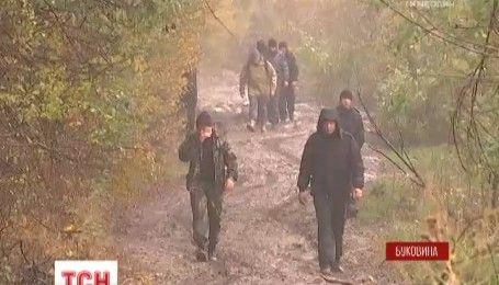 Насобирали грибов: на Буковине всю ночь искали семью, заблудившуюся в лесу