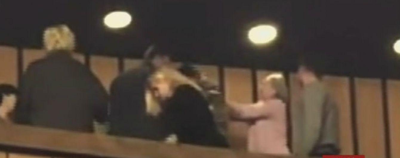 Полиция задержала женщину, которая полгода назад в театре в Днепре ударила молотком по голове АТОвца